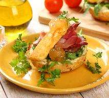 Kanapki z szynką szwarcwaldzką i smażonym serem pleśniowym