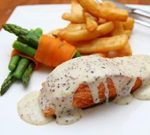 Łosoś z sosem jogurtowym - przepis na grillowanego łososia