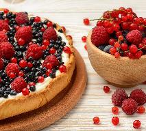 Pyszne ciasto z malinami i borówkami amerykańskimi [VIDEO]