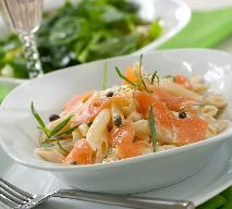 Sałatka z wędzonego łososia z makaronem i kaparami: przepis na idealną przekąskę imprezową
