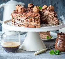 Tort naleśnikowy z nadzieniem z czekolady i amaretto: przepis na pyszny deser!