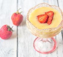 Zabajone z truskawkami na szampanie: przepis na wykwitny deser