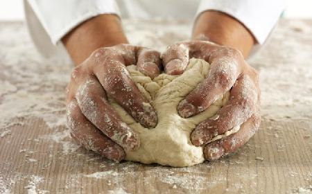 Jak zrobić ciasto na pizzę? Podajemy sprawdzony przepis