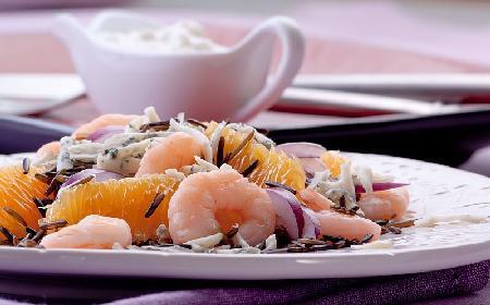 Sałatka z dzikiego ryżu, sera lazur i krewetek: podajemy dobry przepis