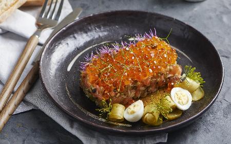 Tatar z pstrąga tęczowego z oliwkami, kaparami i suszonymi pomidorami
