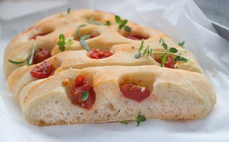 Pomidorowa focaccia: przepis na drożdżowy placek z pomidorami