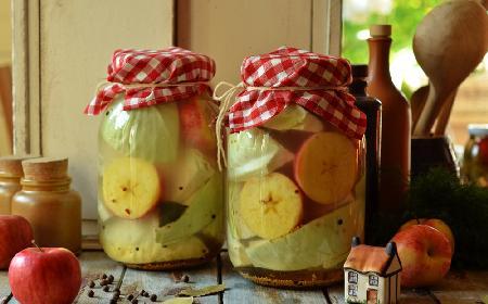 Ćwiartki kapusty z jabłkami kiszone w solance