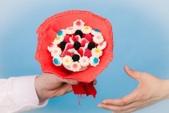 Bukiet z cukierków: pomysł na słodki prezent