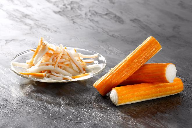 Sałatka krabowa z makaronem ryżowym: przekąska kibica i nie tylko