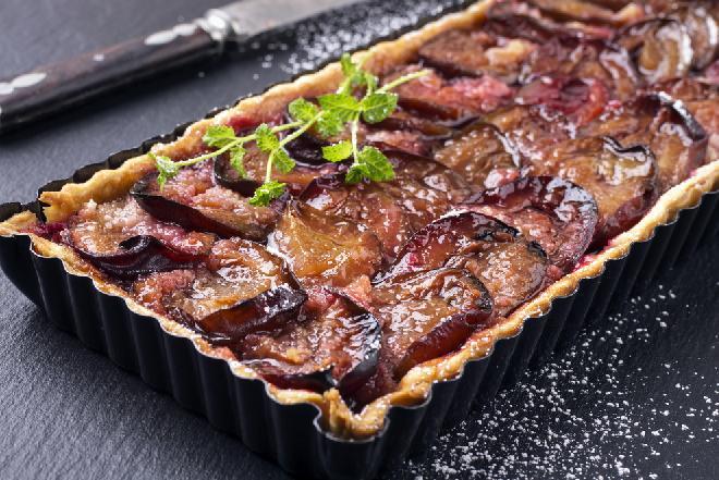 Kruche ciasto drożdżowe ze śliwkami: tradycyjny przepis [WIDEO]