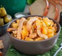 Wieprzowy gulasz z ziemniakami i kiszonym ogórkiem: sprytne danie jednogarnkowe