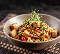Tofu z warzywami i makaronem ryżowym - przepis na danie z woka