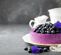 Jagodowy sernik na zimno - przepis na ciasto z jagodami bez pieczenia