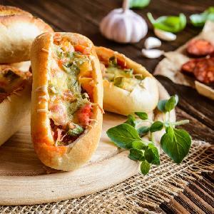 Gorące kanapki z chorizo i papryką - sycąca przekąska po hiszpańsku