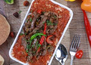 Wołowa wątróbka duszona w sosie pomidorowym z ziołami i czosnkiem: przepis dla zaradnych