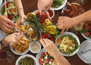 Co zrobić z resztkami jedzenia po świętach - jak oddać nadmiar świątecznego jedzenia? [WIDEO]