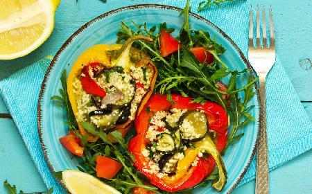 Sałatka kuskus z grillowanymi warzywami, podawana w liściach sałaty lodowej