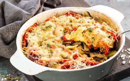 Pikantne sznycle pieczone z grzybami i warzywami: zapiekanka, która uzależnia