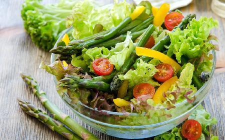 Sałatka ze szparagami i żółtym sosem winegret