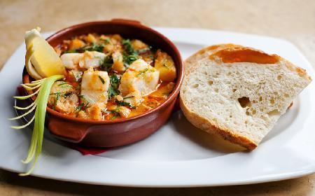 Ryba z ziemniakami i warzywami na ostro - przepis na pyszne danie jednogarnkowe