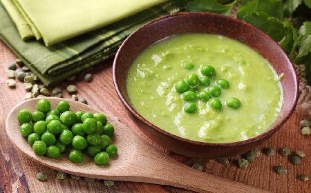 Zupa krem z zielonego groszku z warzywami korzeniowymi [przepis]