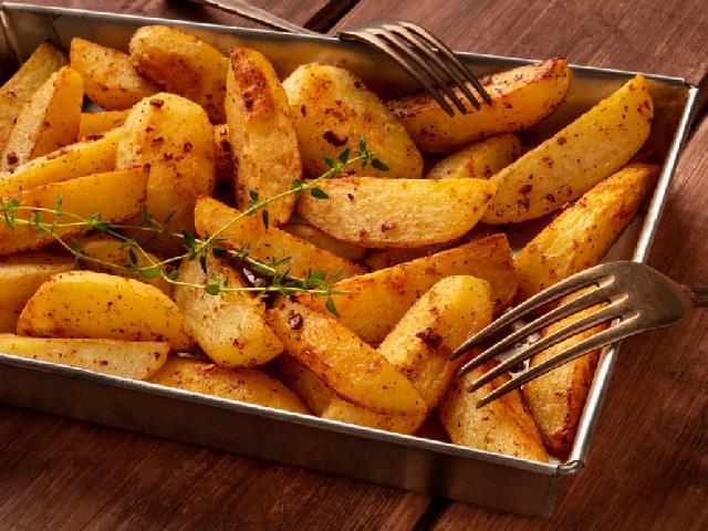 Ziemniaki pieczone po grecku: tak pyszne, że nie trzeba nic więcej