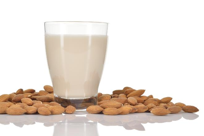 Jak przygotować mleko migdałowe? Prosty przepis na wegańskie mleko