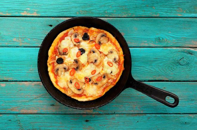 Pizza z patelni: jak zrobić pizzę inaczej?