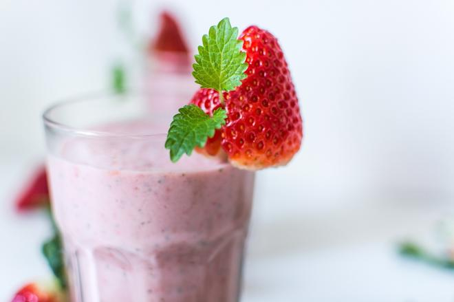 Truskawkowy shake z likierem, jogurtem i lodami - koktajl dla dorosłych