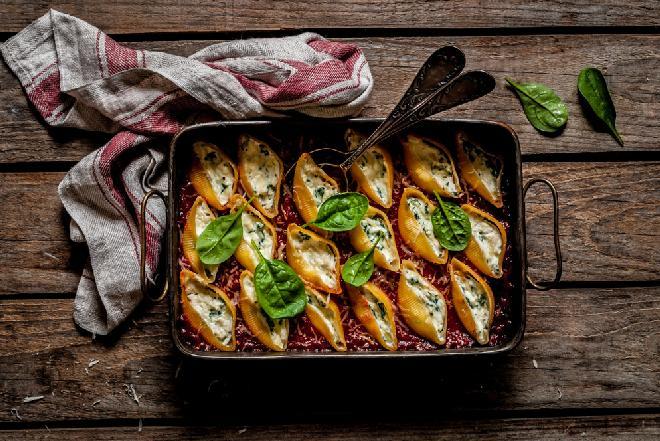 Makaronowe muszle ze szpinakiem i ricottą zapiekane na pomidorach