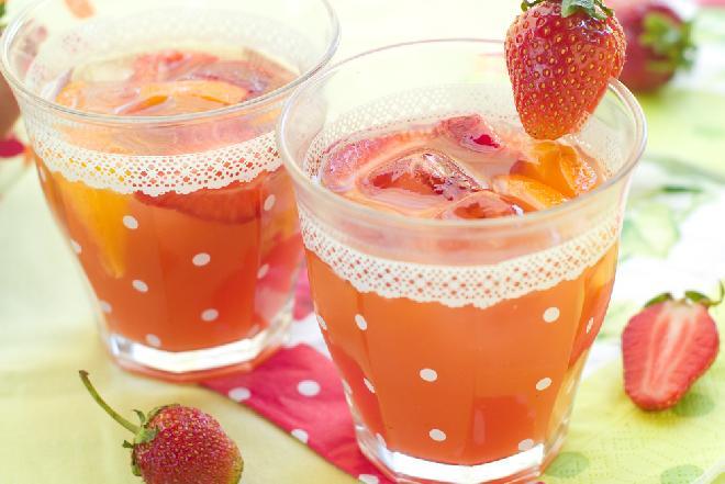 Lemoniada truskawkowa: orzeźwiający napój ze świeżych truskawek i rabarbaru