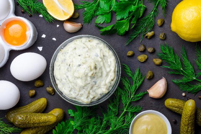 Sos tatarski - idealny dodatek do mięs, wędlin, ryb i jajek [WIDEO]