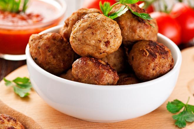 Frykadele indycze nadziewane wątróbką: przepis na klopsiki z mięsa mielonego [WIDEO]