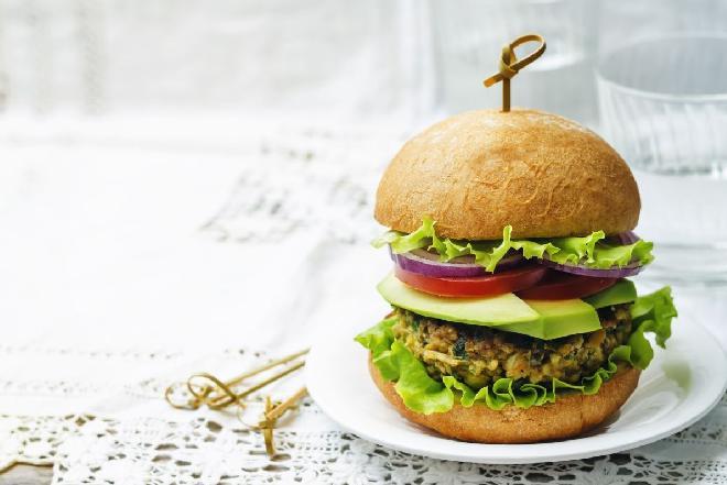 Bezmięsne burgery z ciecierzycy: przepis